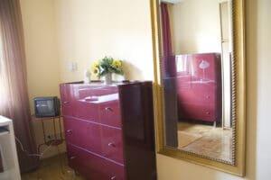 Zimmer 3 - Kommode und Spiegel